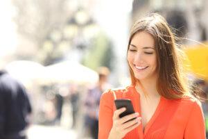 vrouw met mobiel